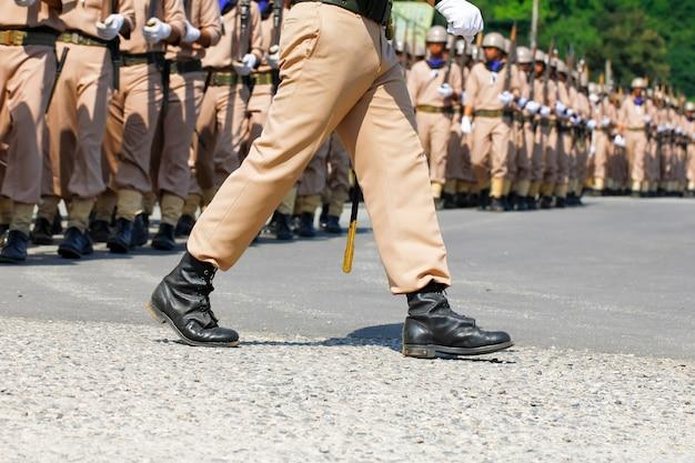 Моряки военно-морского флота таиланда маршируют в шаге на ежегодном параде дня республики в чонбури, таиланд
