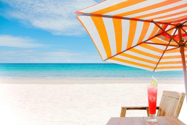 夏のビーチの背景、砂と海と空