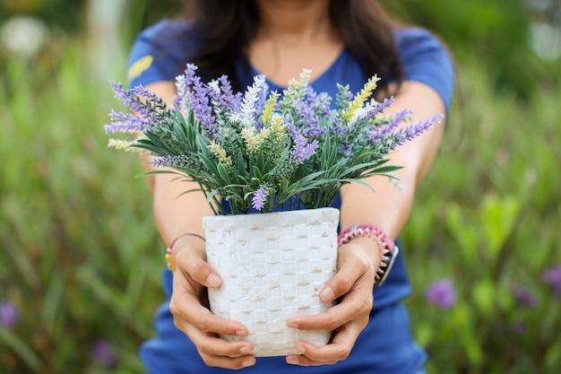 植木鉢を持つ女性
