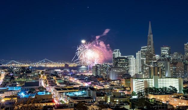 サンフランシスコでお祝いの新年。スカイラインダウンタウンの街並み