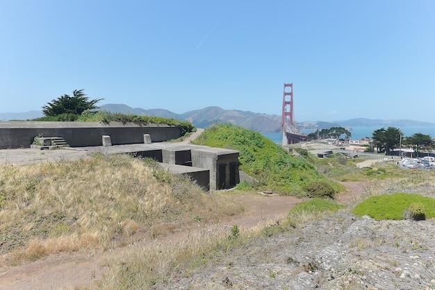 サンフランシスコのフォートポイントで武装した軍用バンカーとゴールデンゲートブリッジ