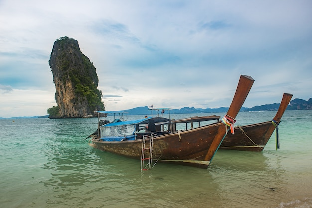 タイのプーケットのビーチでボート