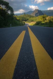 タイの山への道