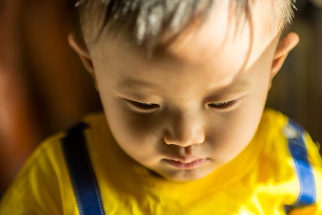 小さな男の子はとても悲しい