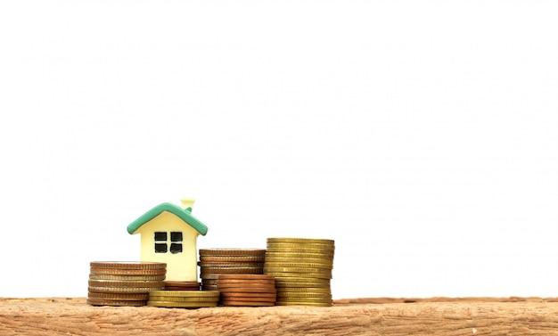 Мини-дом на стопку монет.