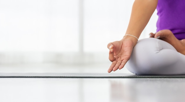 Азиатские женщины занимаются йогой для хорошего здоровья и формы.