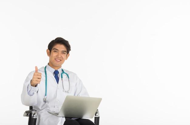 ノートと彼の親指を保持しているアジアの医師