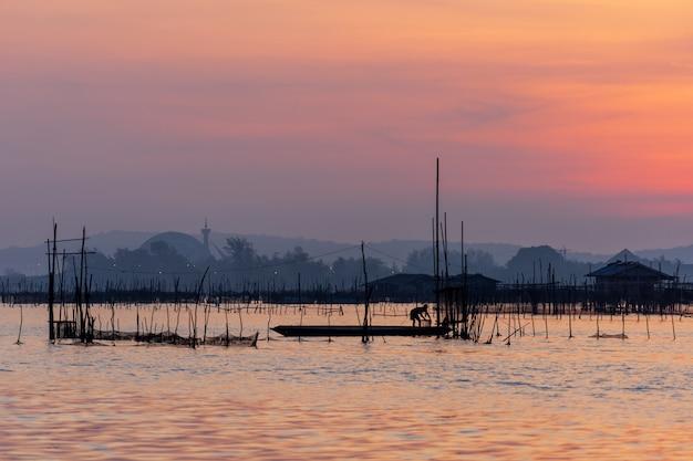 Восход солнца с красивым сумеречным небом