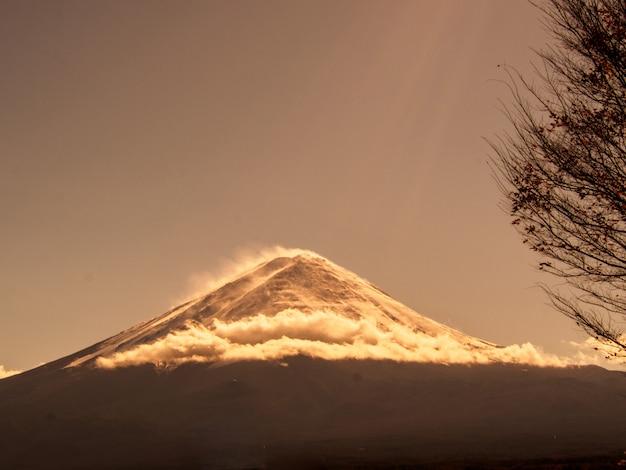河口湖、秋の空に富士山
