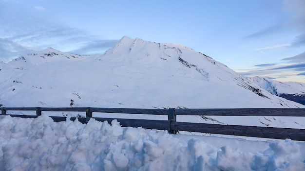 雪の上の木製のフェンス