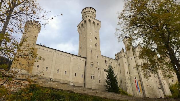Замок нойшванштайн осенью