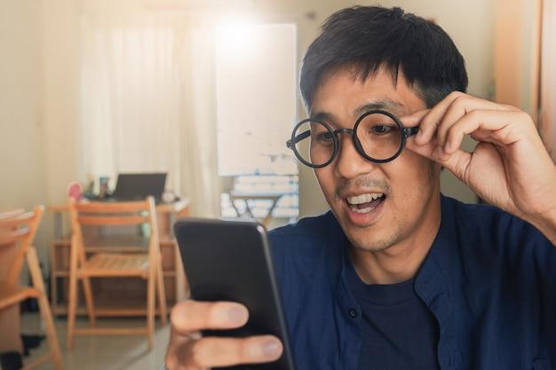 電子ショッピングマーケティングデジタル、消費者購入ショッピングインターネットオンライン画像のぼやけた街背景にタブレットを保持している男