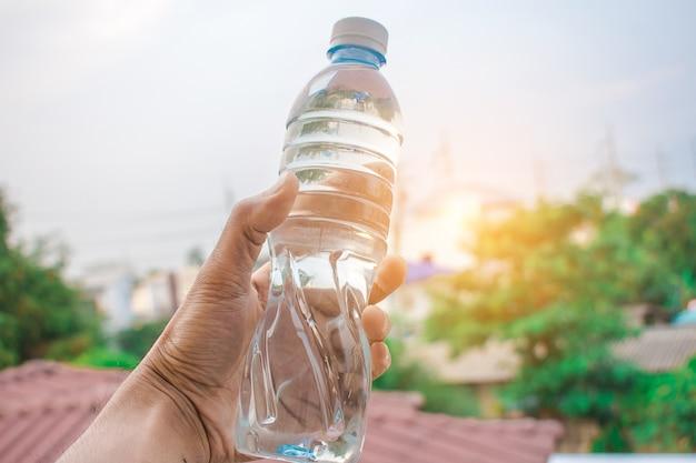 Человек, держащий бутылочную воду