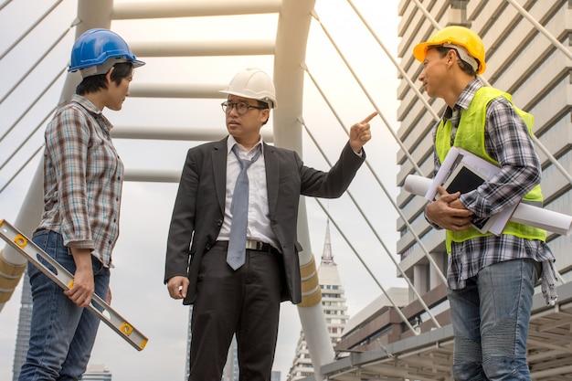 上司が建設について話し合っている