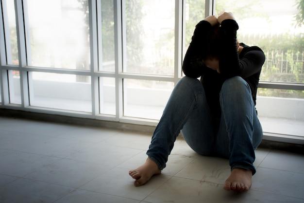 Молодая женщина, страдающая стрессом, не может ошибаться, садясь на грязный пол