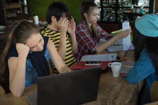友人、仕事、チーム、会議、レポート、ラップトップ、