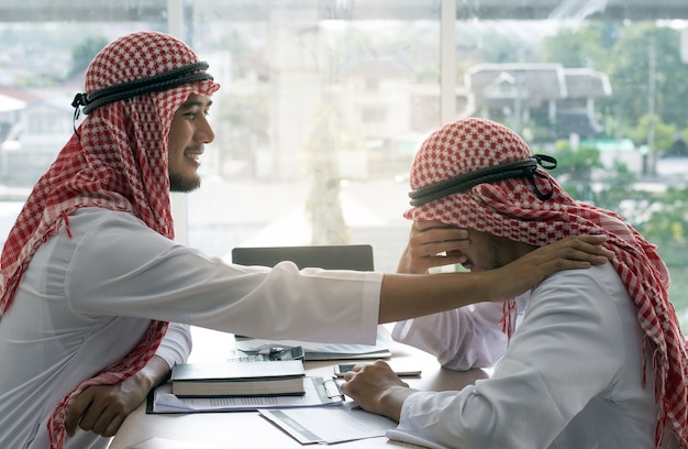 Арабский человек утешительный друг