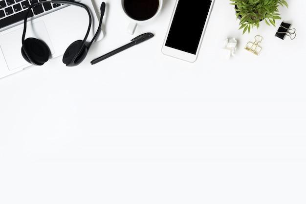白い事務机テーブル用品。コピースペース平面図、平面レイアウト。