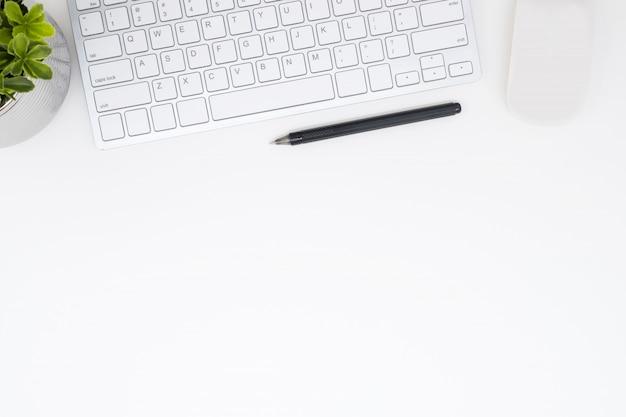 コンピューターのガジェットとペンホワイトオフィスデスクテーブル。コピースペース平面図、平面レイアウト。