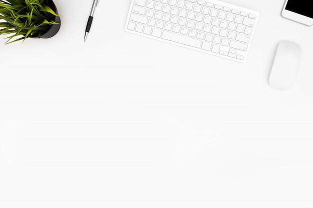 コンピューターのガジェットと事務用品の白い事務机テーブル。