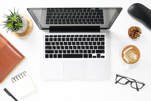 ノートパソコンと消耗品のモダンな白い事務机テーブル。コピースペース平面図、平面レイアウト。