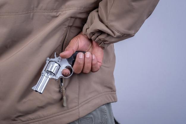 彼の手に泥棒と銃