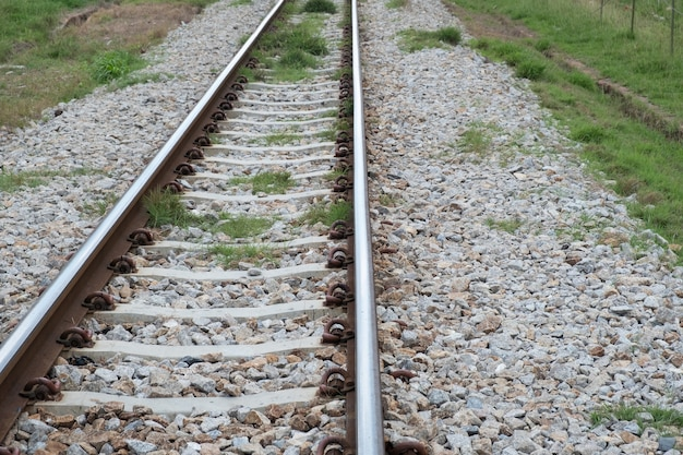 鉄道トラックと石