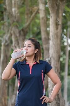健康な女性は水を飲む
