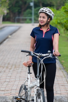 スポーツ女性と自転車