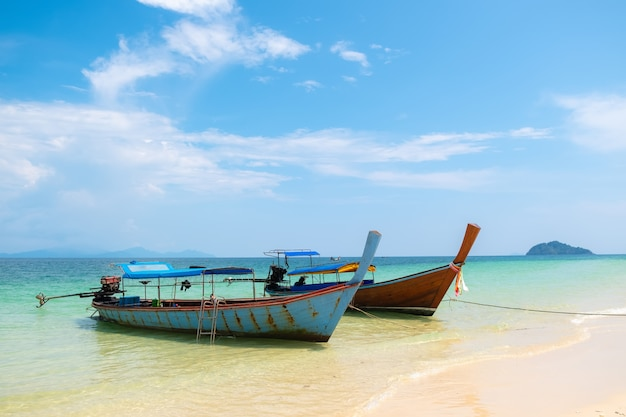 ビーチ、海、空、日光、美しいタイに沿ってボート旅行