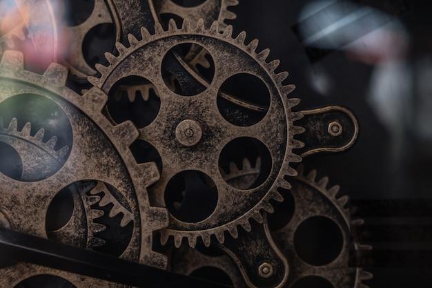 時計の中の歯車の一部が近づく