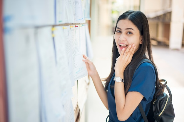 女性の大学生が試験レポートでエキサイティングです