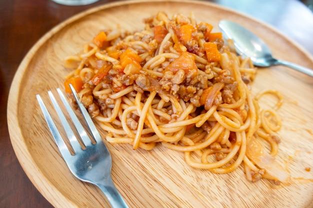 木製の皿の上にスパゲティのクローズアップ