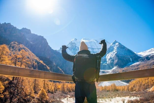 Человек успеха походы в снег пик горы на осень, люди путешествия концепции