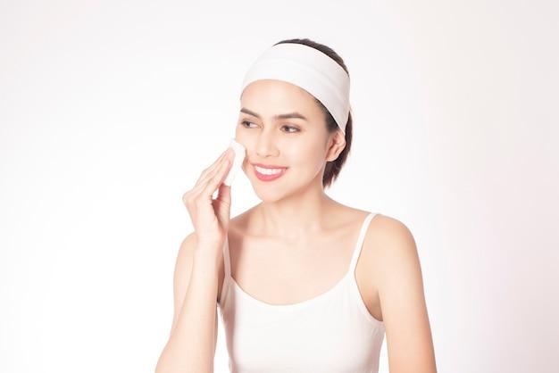Красивая женщина очищает лицо
