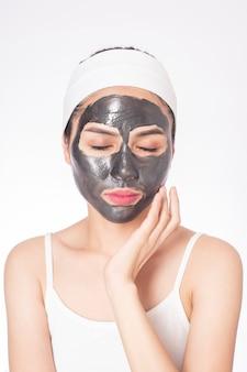 白い背景の上の彼女の顔を覆っている美しい女性