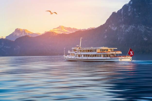 スイス山と川のルツェルンボートツアー