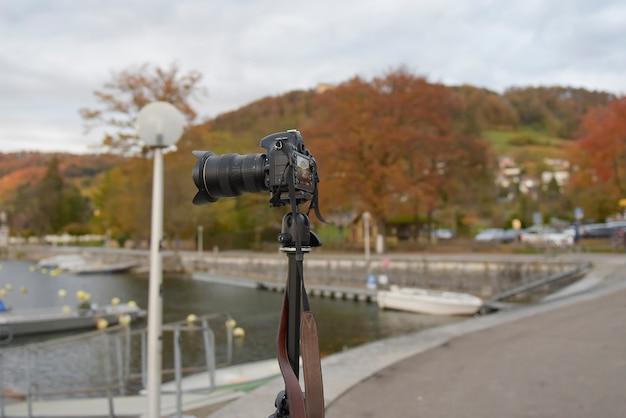 Камера делает пейзажную фотографию осенью