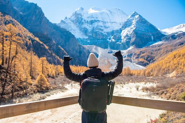 Успех человека в снежный пик горы на осень, люди путешествуют концепции