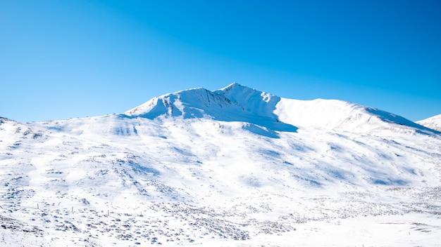 雪山の青い空