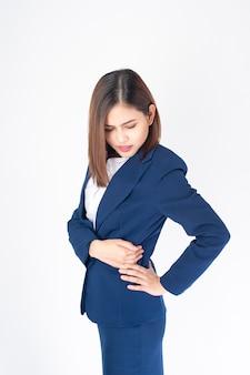 青いスーツの美しいビジネス女性は白い背景の上の腰痛です。