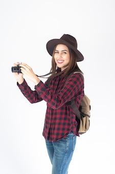 白い背景の上の美しい旅行者女性