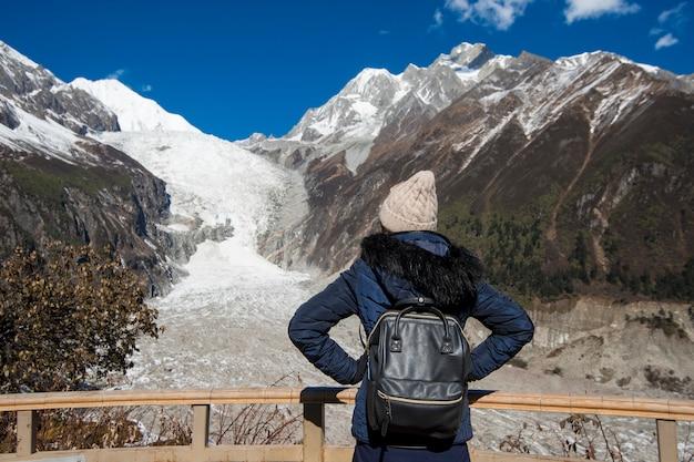 女性の成功、秋の雪のピーク山でのハイキング、人々旅行の概念