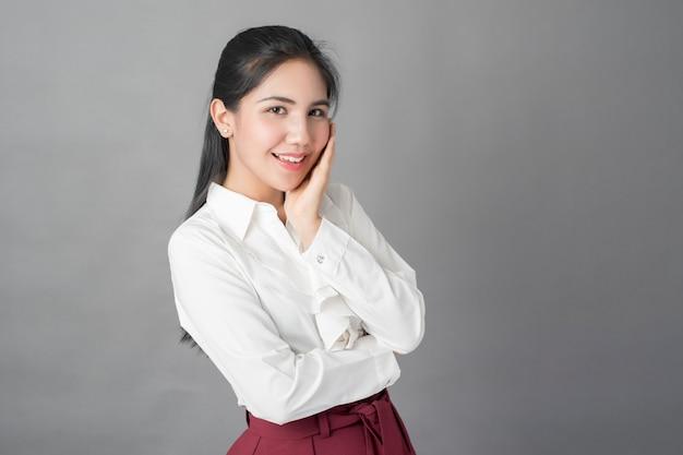 Портрет красивой деловой женщины на сером фоне, студия выстрел
