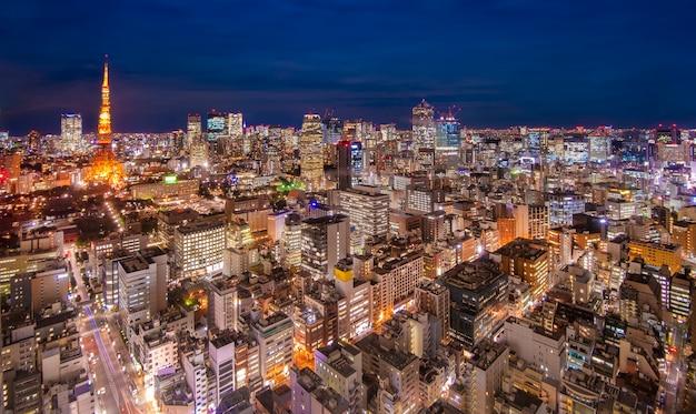 Городской пейзаж горизонта токио в сумерках с башней токио