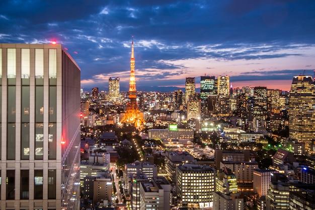 東京タワーと夕暮れ時の東京のスカイラインの街並み