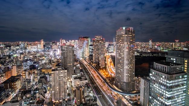 夕暮れ時に東京のスカイラインの街並み
