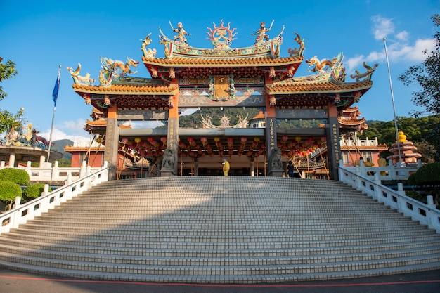 Храм тяньюань с голубым небом, самое известное место для туристов на тайване