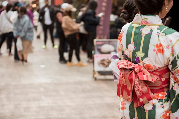 日本の東京で有名な浅草寺を旅行中に着物を着ている人