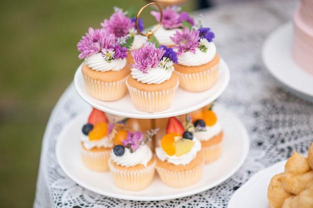 結婚式のパーティーで美しいカップケーキ